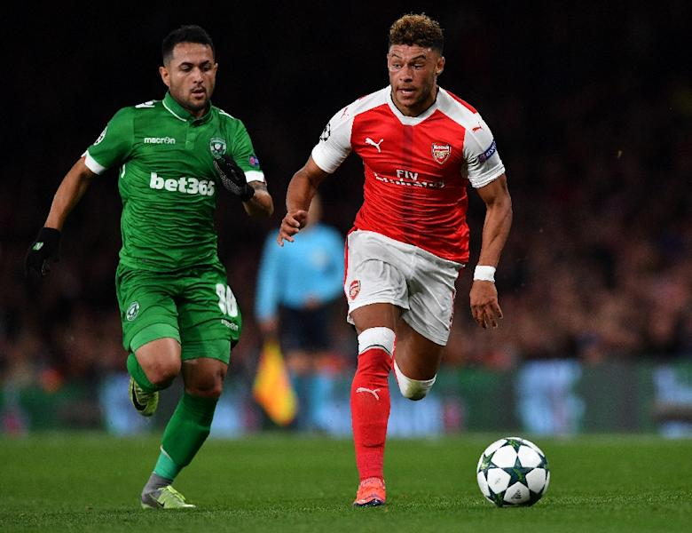 Ludogorets' forward Wanderson (L) vies with Arsenal's English midfielder Alex Oxlade-Chamberlain during the UEFA Champions League Group A football match between Arsenal and Ludogorets Razgrad at The Emirates Stadium in London on October 19, 2016 (AFP Photo/Ben Stansall)