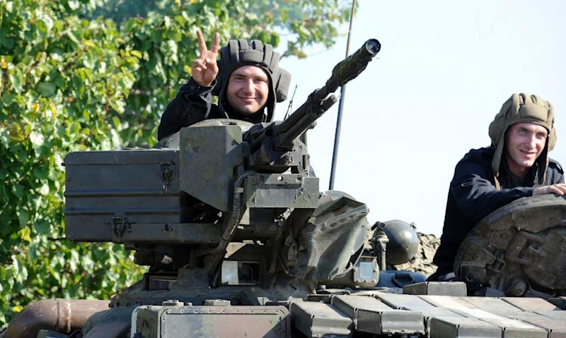 A Ukrainian soldier flashes the victory sign near the village of Crymske in the Lugansk region on October 5, 2015 (AFP Photo/Aleksander Gayuk)