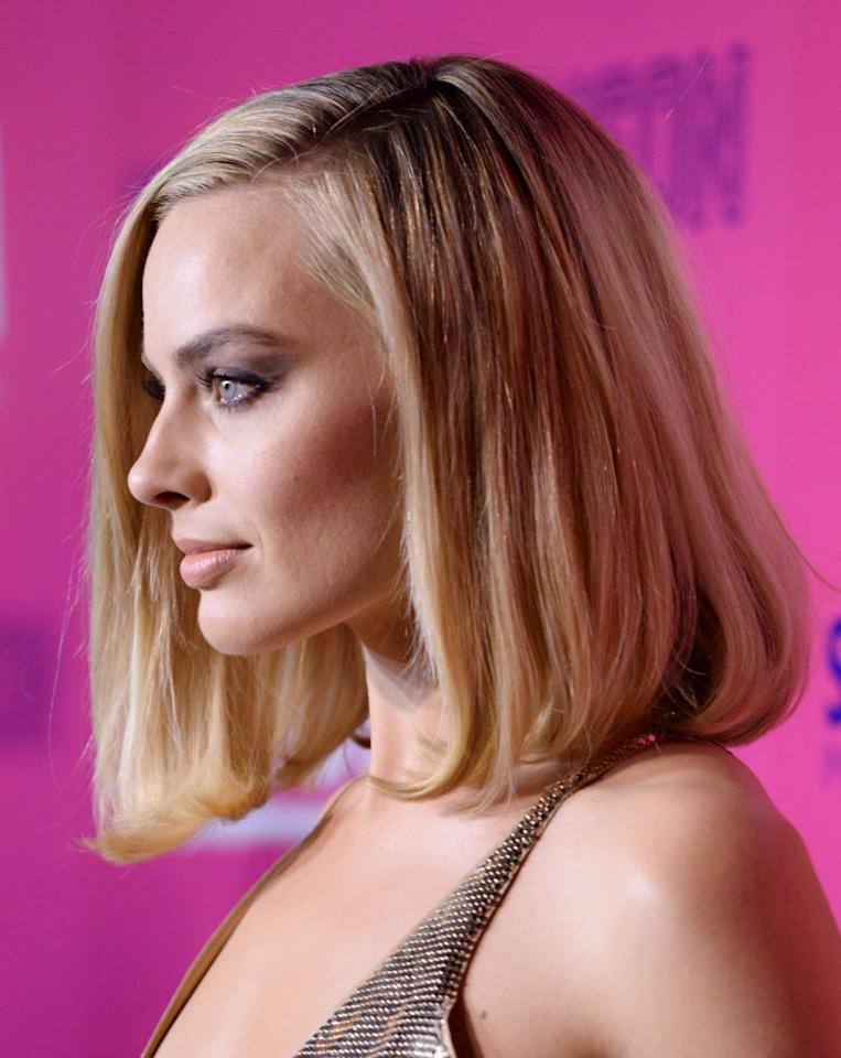 "<p>Bobs with one giant curl usually give us ""hot tools gone wrong at a '90s slumber party"" vibe. Robbie manages to make it look chic at the Los Angeles premiere of <em>I, Tonya</em>. (Photo: Vivien Killilea/Getty Images for NEON) </p>"