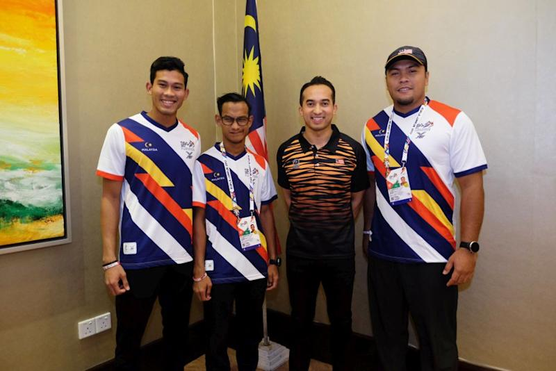 SM Nasarudin (second from right) poses for a picture with national para-athletes. — Picture courtesy of Naza