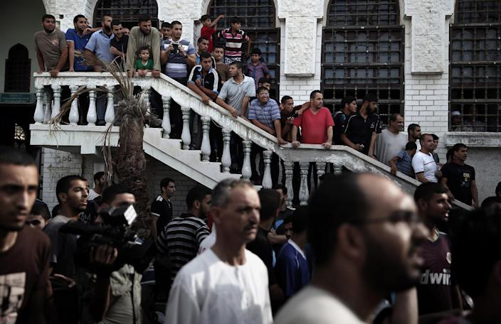 Hundreds of Palestinians gather in downtown Gaza City after people received a fake message on social networks calling for them to attend a public execution of Palestinians suspected of collaborating with Israel, on August 22, 2014 (AFP Photo/Thomas Coex)