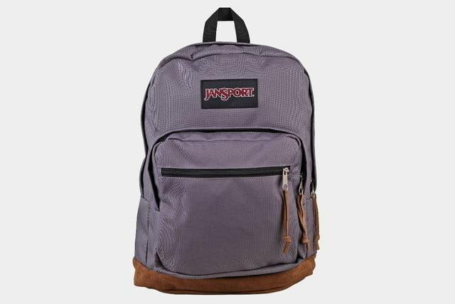 Mochila JanSport Right sobre fondo gris.