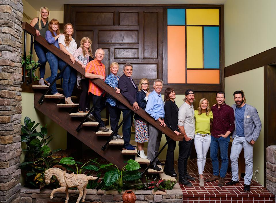 """The original """"Brady Bunch"""" cast with HGTV hosts. (Photo: Gilles Mingasson/Getty Images)"""