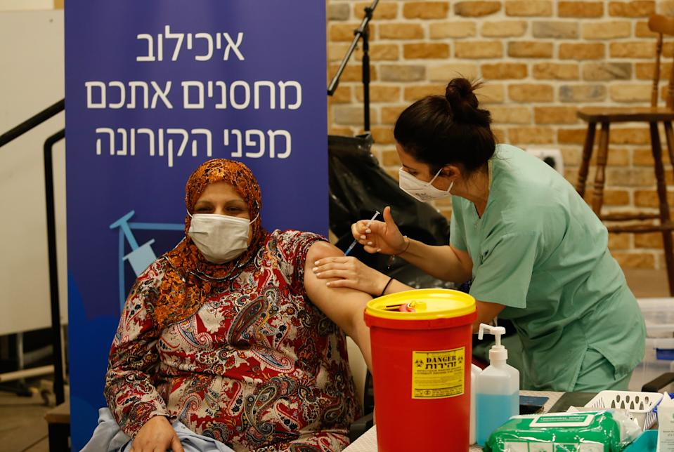 TEL AVIV, ISRAEL - DECEMBER 31: A medical worker injects Pfizer-BioNTech's coronavirus (COVID-19) vaccine at an elderly home in Ramat Aviv Neighborhood in Tel Aviv Israel on December 31, 2020. (Photo by Nir Keidar/Anadolu Agency via Getty Images)