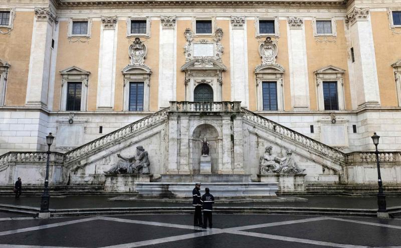 """Local Police stands in front of Rome's city hall, """"Campidoglio"""" (the Capitoline hill) in downtown Rome December 6, 2014. Italian Prime Minister Matteo Renzi's party closed ranks around the mayor of Rome on Sunday amid an investigation into mafia corruption in the capital that has prompted opposition calls for him to resign. Last week prosecutors in Rome arrested 37 people and put dozens of others under investigation for their involvement in a mafia-like system of corruption allegedly run by Rome's former mayor, Gianni Alemanno. Picture taken December 6, 2014.  REUTERS/Stefano Rellandini  (ITALY - Tags: CRIME LAW BUSINESS POLITICS CITYSCAPE)"""