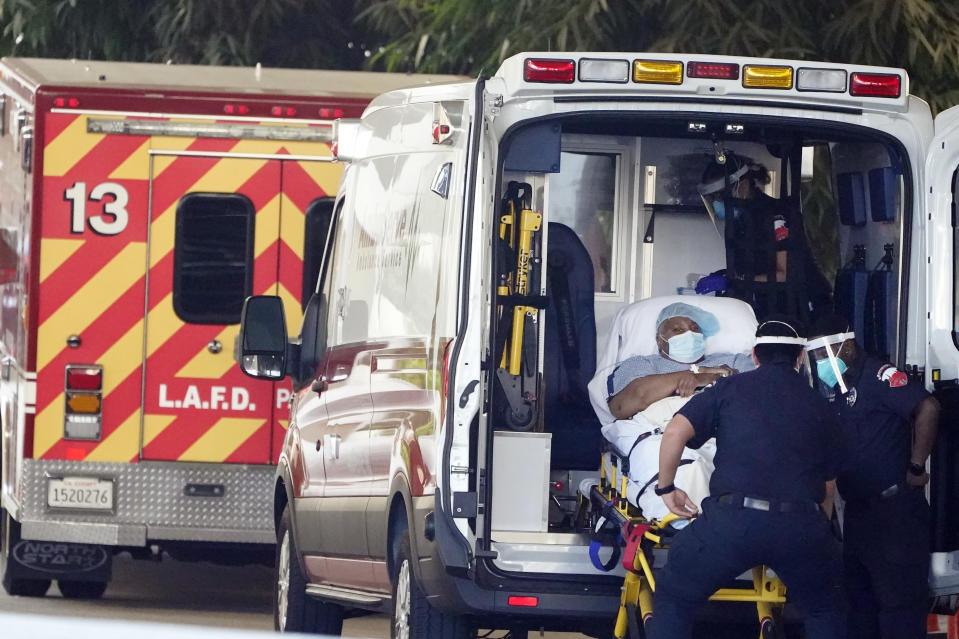 Un paciente es colocado en una ambulancia en el área de Los Ángeles. (AP Photo/Marcio Jose Sanchez)