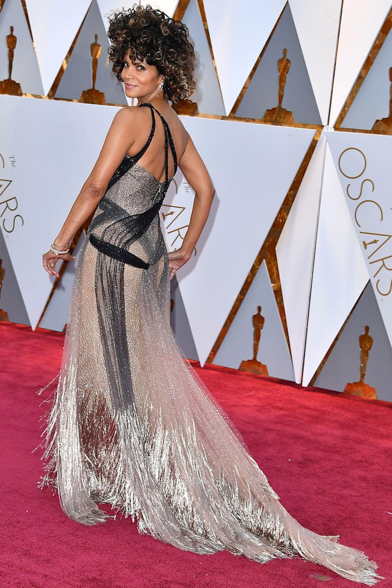 Oscars 2017: Halle Berry Strips Off Her Oscars Gown, Dives Into the ...