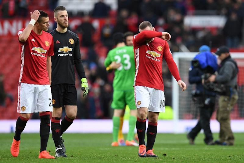 Manchester United's Wayne Rooney and David de Gea leave the pitch following the match against Arsenal at Old Trafford on November 19, 2016 (AFP Photo/Paul Ellis)