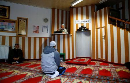 Muslims listen to a Turkish imam during Friday prayers at the moderate Kuba Camii mosque located near a hotel housing refugee's in Cologne's poor district of Kalk, Germany, October 14, 2016. Picture taken October 14, 2016. REUTERS/Wolfgang Rattay