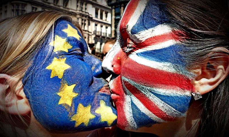 Protestors kiss at the anti 'Brexit' march in London.