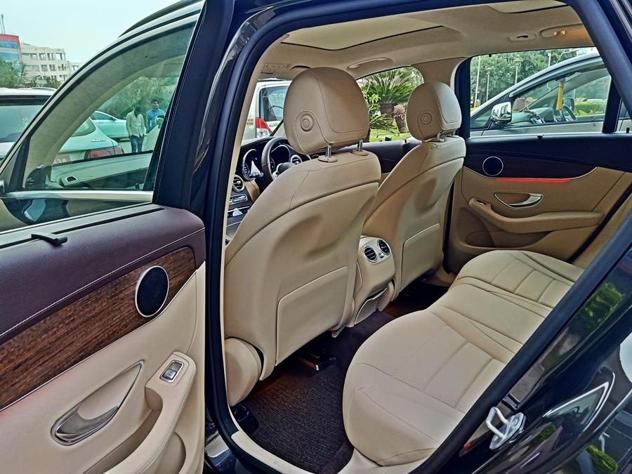 The rear seat experience is luxurious, thanks to the sun-blinds and plenty of USB ports, along with rear AC vents that cool the cabin down well. However, we wished for more space here but the seats themselves are indeed comfy.