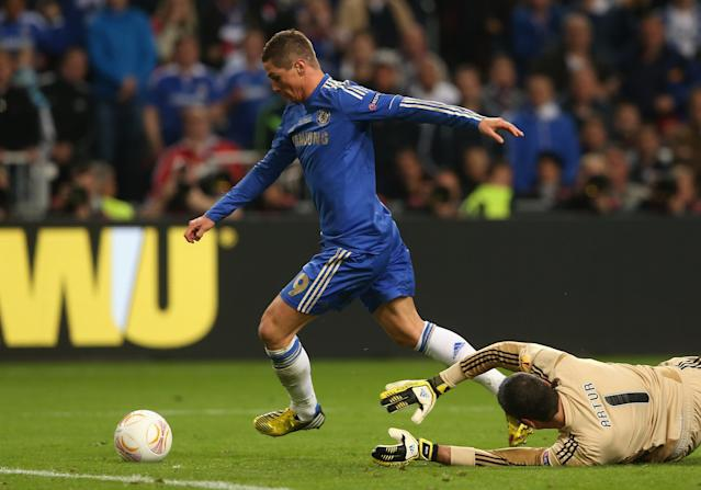AMSTERDAM, NETHERLANDS - MAY 15: Fernando Torres of Chelsea rounds goalkeeper Artur of Benfica to score the opening goal during the UEFA Europa League Final between SL Benfica and Chelsea FC at Amsterdam Arena on May 15, 2013 in Amsterdam, Netherlands. (Photo by Scott Heavey/Getty Images)
