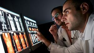 Physicians collaborate to read radiology images