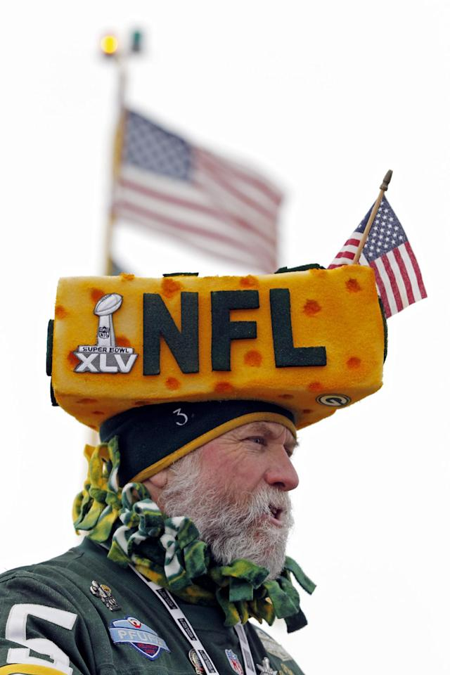 A Green Bay Packers wears a cheesehead as fans arrive at Lambeau Field before an NFL wild-card playoff football game between the Green Bay Packers and the San Francisco 49ers, Sunday, Jan. 5, 2014, in Green Bay, Wis. (AP Photo/Mike Roemer)