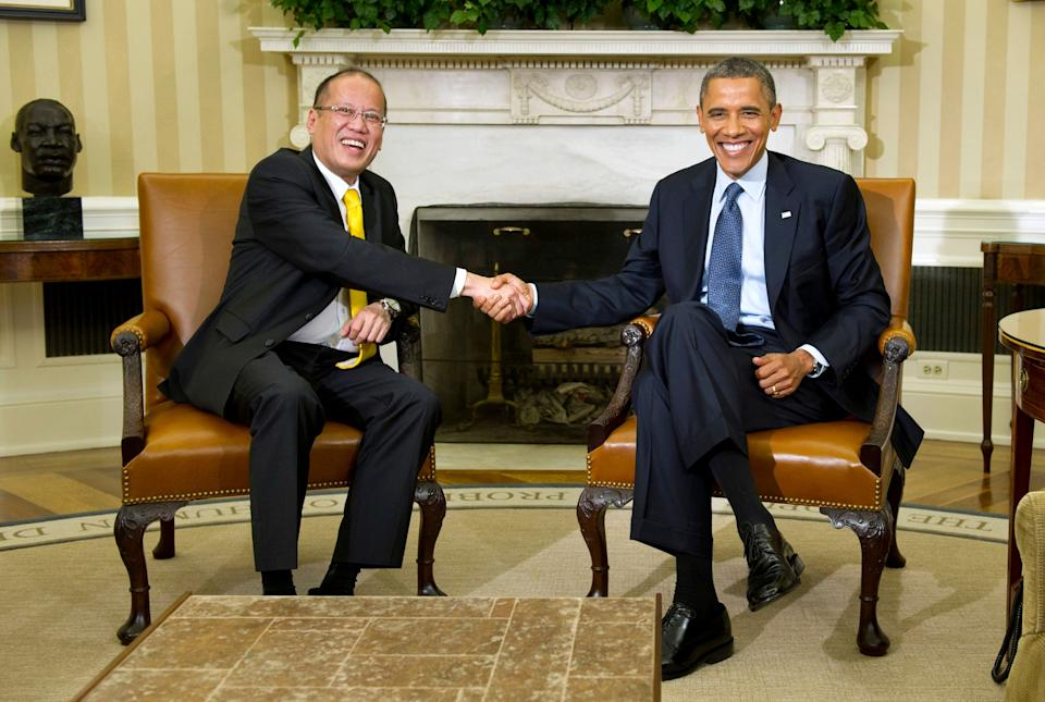 U.S. President Barack Obama (R) shakes hands with President Benigno Aquino of the Philippines in the Oval Office at the White House on June 8, 2012 in Washington, D.C.