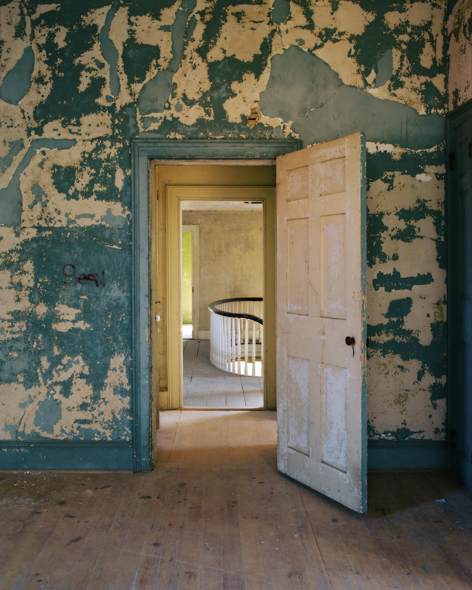 <p>Rear bedroom, Oliver Bronson house, Hudson, N.Y., 2016. (© <span>Tema</span> <span>Stauffer</span> from the book <i>Upstate </i>published by Daylight Books) </p>