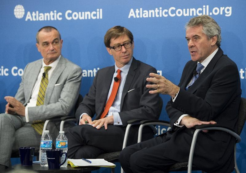 British Ambassador to the US, Peter Westmacott (R) speaks alongside German Ambassador to the US Peter Wittig (C) and French Ambassador to the US Gerard Araud about Iranian nuclear negotiations at the Atlantic Council in Washington, DC, May 26, 2015 (AFP Photo/Saul Loeb)