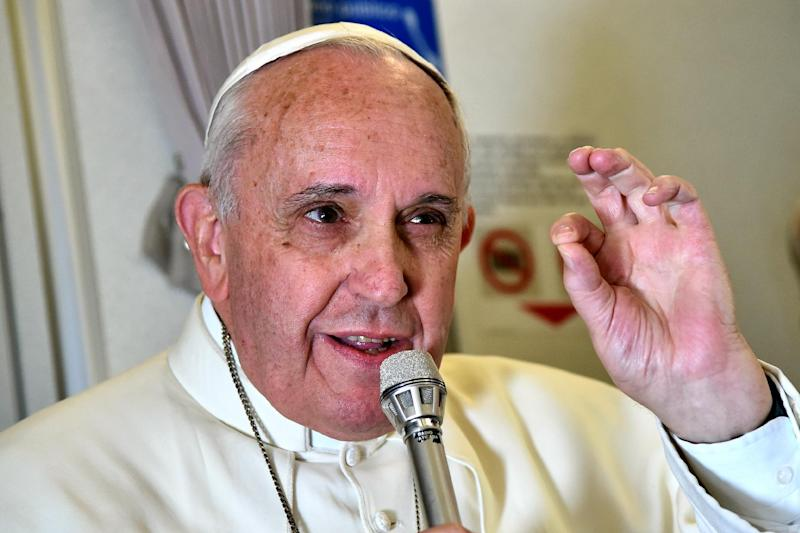 Pope Francis adresses journalist sitting onboard a plane during his trip back to Rome, on January 19, 2015 (AFP Photo/Giuseppe Cacace)