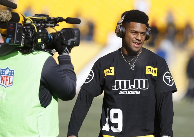 JuJu Smith-Schuster's seemingly kind gesture with a Patriots fan came with a caveat. (AP)