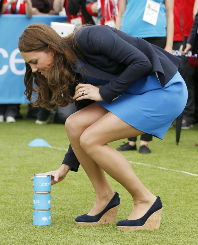 Britain's Catherine, Duchess of Cambridge prepares to play South African games 'Three Tins' during a visit to the Commonwealth Games Village at the 2014 Commonwealth Games in Glasgow, Scotland July 29, 2014. REUTERS/Danny Lawson/Pool (BRITAIN - Tags: ROYALS ENTERTAINMENT SOCIETY SPORT)