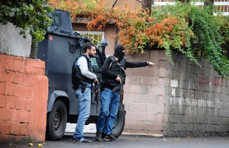 Turkish special police forces are pictured during clashes with IS fighters on October 26, 2015, in Diyarbakir (AFP Photo/Ilyas Akengin)