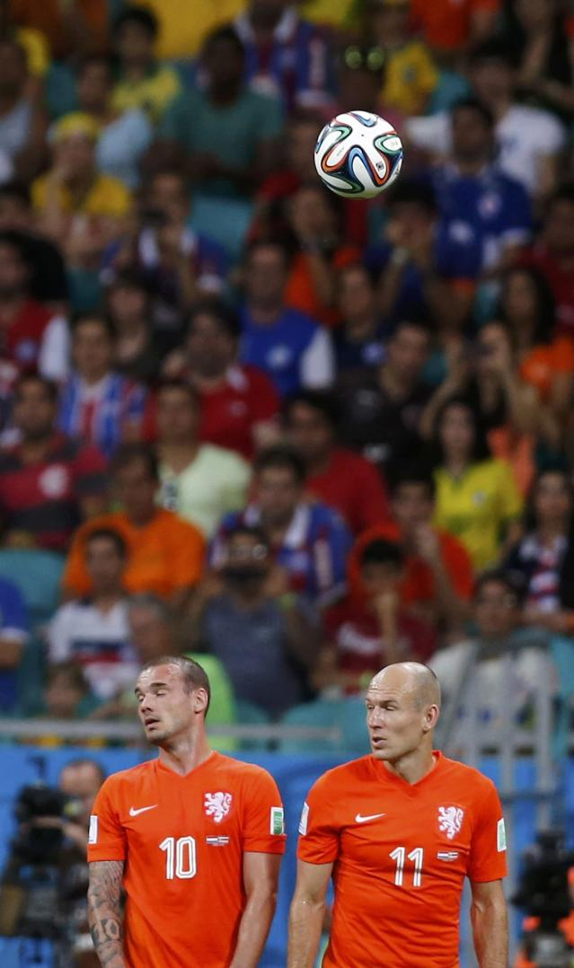 Wesley Sneijder (L) and Arjen Robben of the Netherlands form a defensive wall during a free kick in their 2014 World Cup quarter-finals against Costa Rica at the Fonte Nova arena in Salvador July 5, 2014. REUTERS/Marcos Brindicci (BRAZIL - Tags: SOCCER SPORT WORLD CUP)