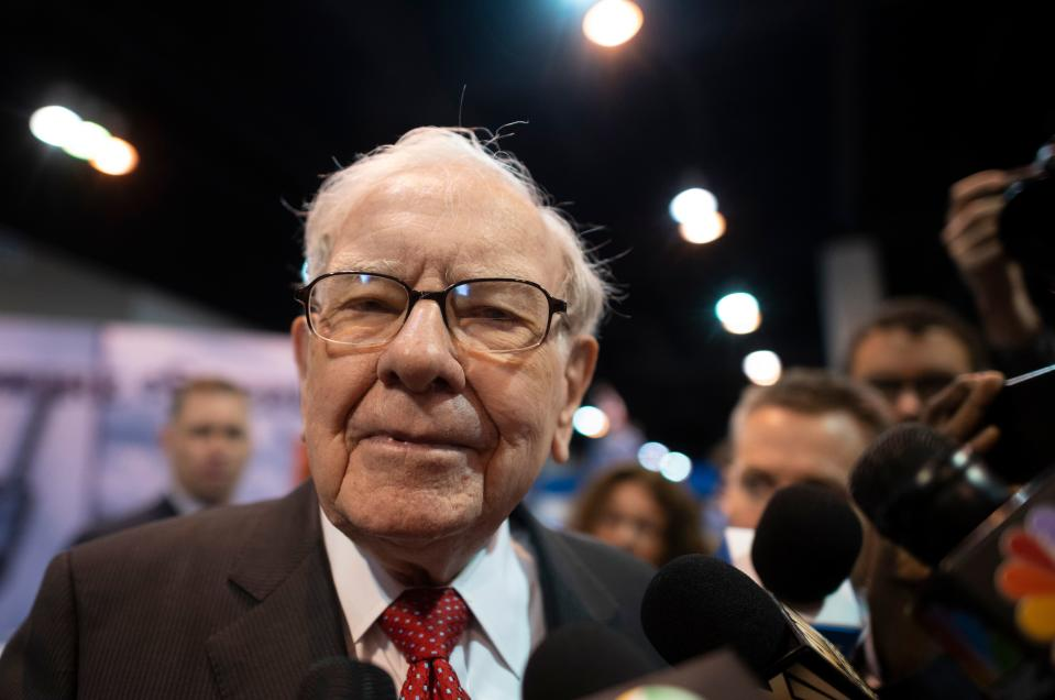 Warren Buffett (C), CEO of Berkshire Hathaway, speaks to the press as he arrives at the 2019 annual shareholders meeting in Omaha, Nebraska, May 4, 2019. (Photo by Johannes EISELE / AFP)        (Photo credit should read JOHANNES EISELE/AFP via Getty Images)