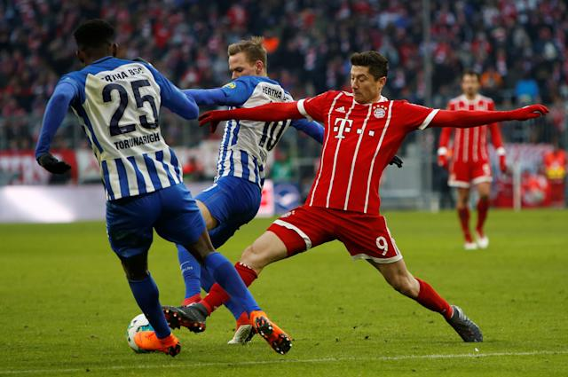 Soccer Football - Bundesliga - Bayern Munich vs Hertha BSC - Allianz Arena, Munich, Germany - February 24, 2018 Bayern Munich's Robert Lewandowski in action with Hertha Berlin's Ondrej Duda and Jordan Torunarigha REUTERS/Michaela Rehle DFL RULES TO LIMIT THE ONLINE USAGE DURING MATCH TIME TO 15 PICTURES PER GAME. IMAGE SEQUENCES TO SIMULATE VIDEO IS NOT ALLOWED AT ANY TIME. FOR FURTHER QUERIES PLEASE CONTACT DFL DIRECTLY AT + 49 69 650050
