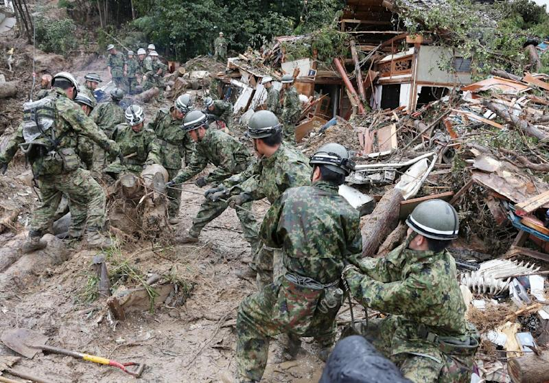 Rescue workers search for victims in the mud on August 22, 2014, two days after a landslide hit a residential area in Hiroshima, western Japan (AFP Photo/Jiji Press)