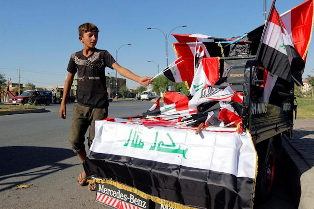 <p>A boy sells Iraqi flags on a street in Kirkuk, Iraq, Oct. 19, 2017. (Photo: Ako Rasheed/Reuter) </p>