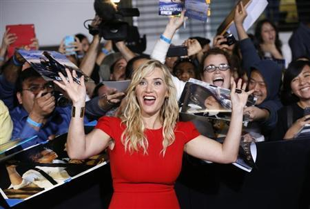 """Kate Winslet poses with fans at the premiere of """"Divergent"""" in Los Angeles"""