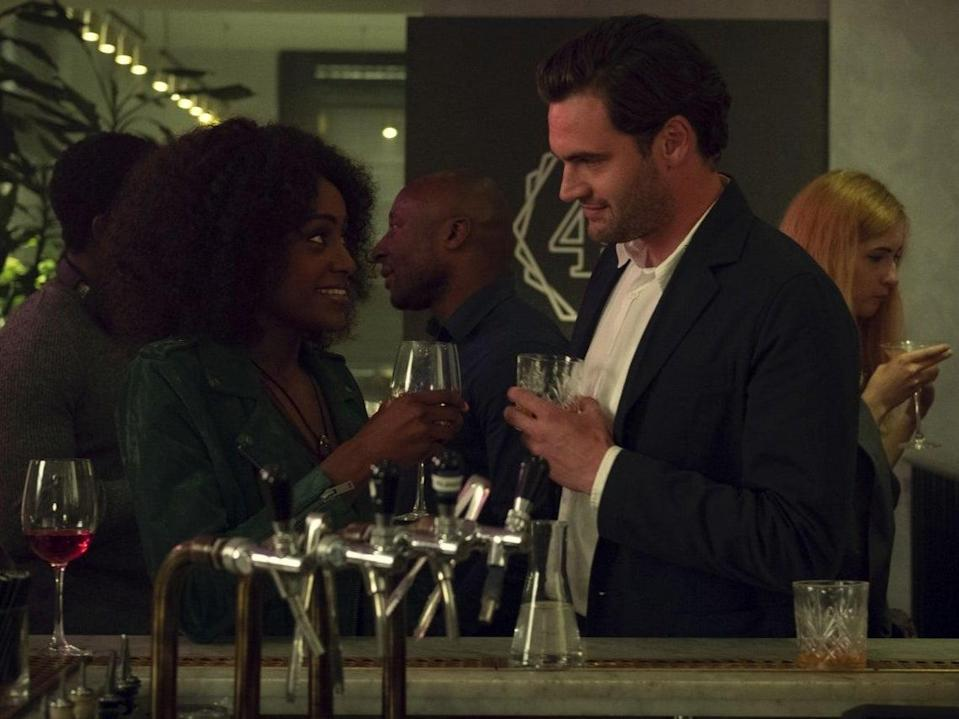 Characters Louise and David meet in a bar in the first episode of Behind Her Eyes (Netflix)