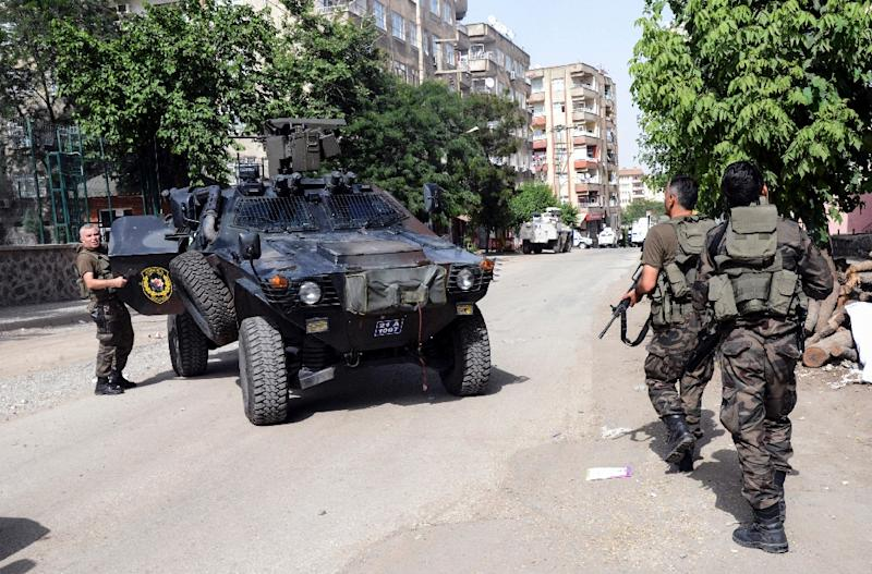 Turkish special police forces position themselves during clashes in the centre of Diyarbakir, southeast Turkey on June 9, 2015 (AFP Photo/Ilyas Akengin)