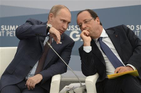 Russian President Vladimir Putin (L) and French President Francois Hollande attend a meeting with business leaders in St.Petersburg September 6, 2013. REUTERS/Alexei Filippov/RIA Novosti/Pool