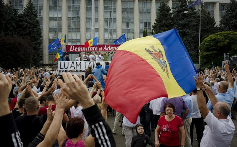 Tens of thousands of Moldavans rallied in the capital Chisinau on September 6, 2015 to demand the resignation of President Nicolae Timofti and the election of a new head of state (AFP Photo/Str)