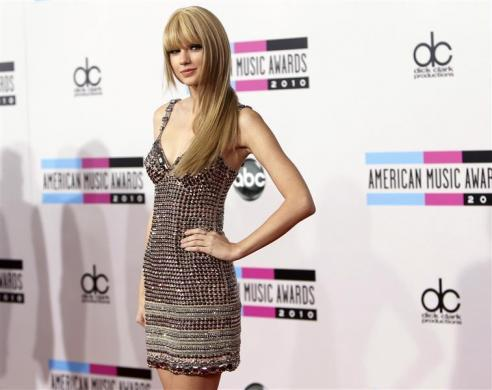 Taylor Swift arrives at the 2010 American Music Awards in Los Angeles November 21, 2010.
