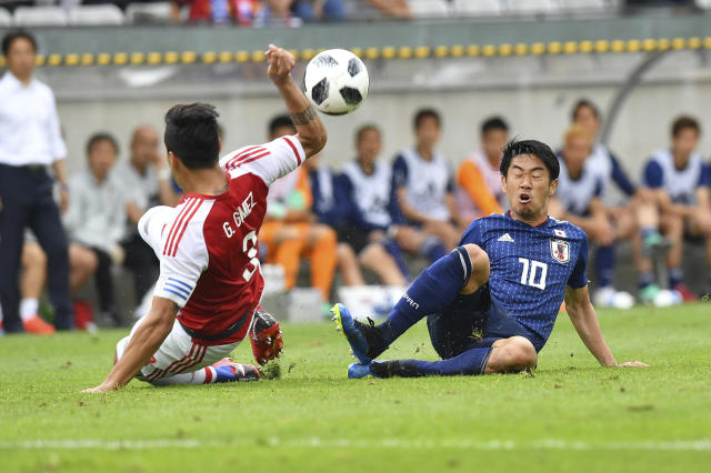 Japan's Shinji Kagawa, right, and Paraguay's Gustavo Gomez challenge for the ball during the friendly soccer match between Japan and Paraguay in the Tivoli Stadium in Innsbruck, Austria, on Tuesday, June 12, 2018. (AP Photo/Kerstin Joensson)
