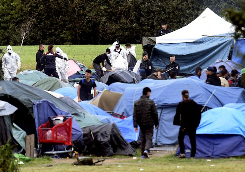 Migrants leave the Grande-Synthe camp during its evacuation by French police