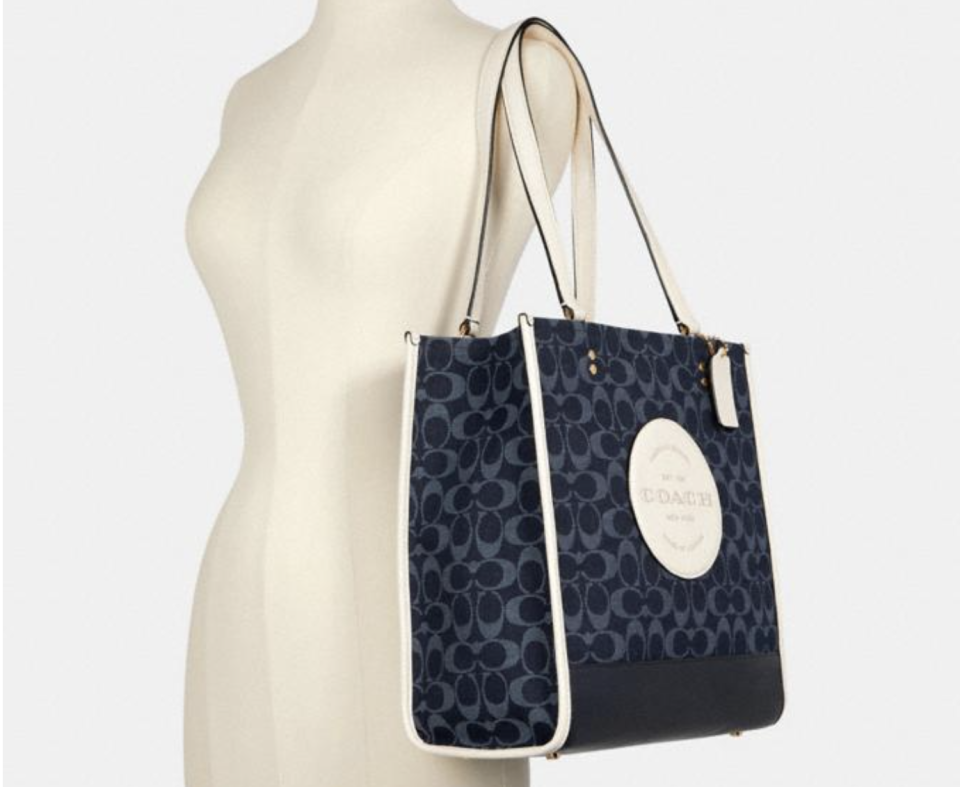 Dempsey Tote In Signature Jacquard With Patch. Foto: Coach Outlet.