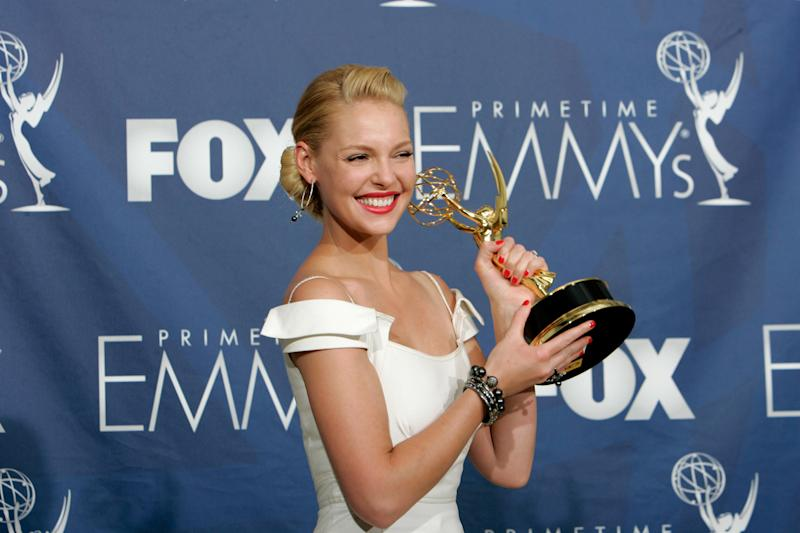 "Katherine Heigl holds the award for outstanding supporting actress in a drama series for her work on ""Grey's Anatomy"" at the 59th Primetime Emmy Awards Sunday, Sept. 16, 2007, in Los Angeles. (AP Photo/Reed Saxon)"