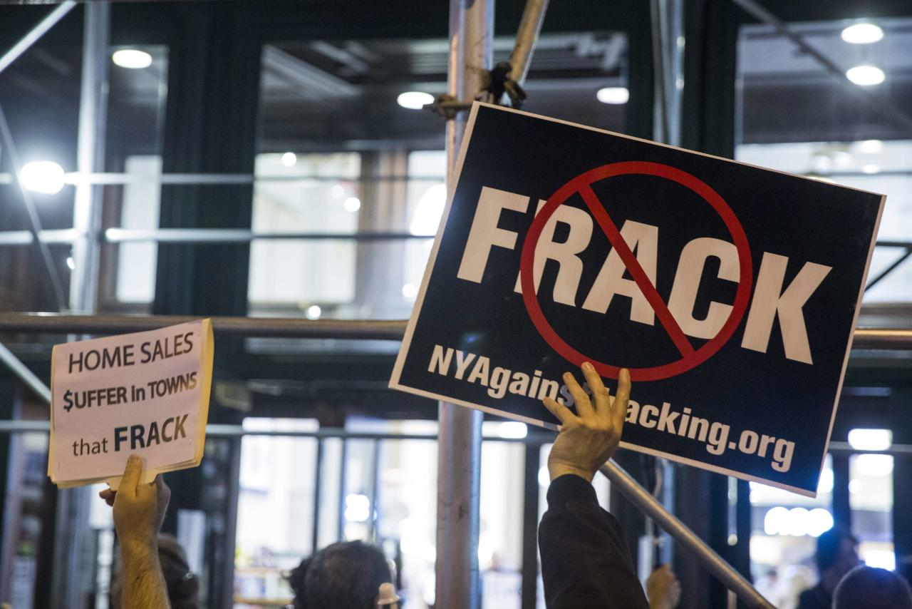 "Protesters demonstrate against fracking, as New York State Governor Andrew Cuomo takes part in a book signing promoting his new book, ""All Things Possible"", in New York October 15, 2014.  REUTERS/Lucas Jackson (UNITED STATES - Tags: POLITICS ENERGY)"