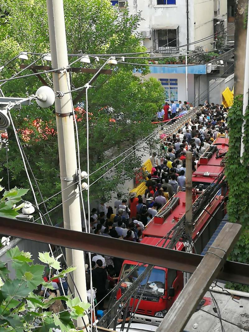 Wuhan residents in Jiang'an District crowd a COVID-19 testing station. Source: Australscope/AsiaWire