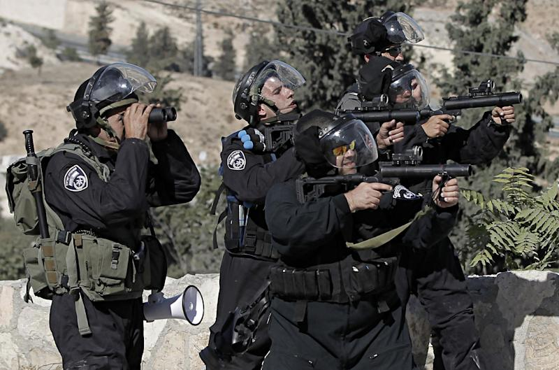 Israeli security officers fire tear gas during clashes with Palestinian protesters (unseen) in the Issawiya district of East Jerusalem, on October 24, 2014 (AFP Photo/Ahmad Gharabli)