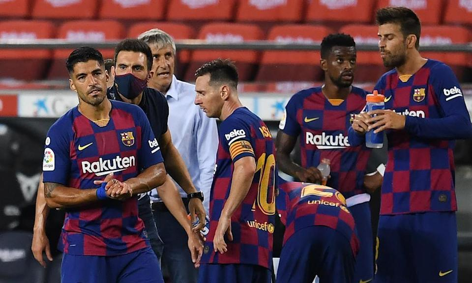 Barcelona's assistant coach Eder Sarabia talks to Luis Suarez and Lionel Messi during the Liga match between FC Barcelona and Club Atletico de Madrid at Camp Nou in June 2020.