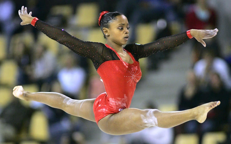 Brazil's Daiane Dos Santos competes on the floor during the 39th Artistic Gymnastics World Championships in Aarhus, Denmark October 16, 2006. REUTERS/Max Rossi (DENMARK)
