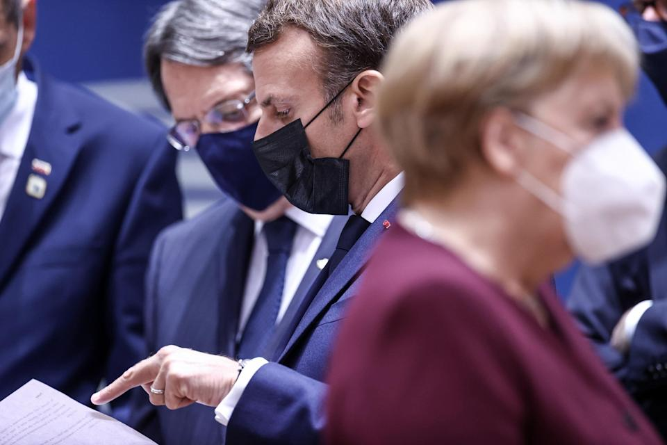 epa08749675 France's President Emmanuel Macron (C), Cyprus' President Nicos Anastasiades (L) and Germany's Chancellor Angela Merkel (R), wearing face masks, attend a face-to-face meeting on the second day of a two days EU summit, in Brussels, Belgium, 16 October 2020.  EPA/KENZO TRIBOUILLARD / POOL (Photo: EPA)
