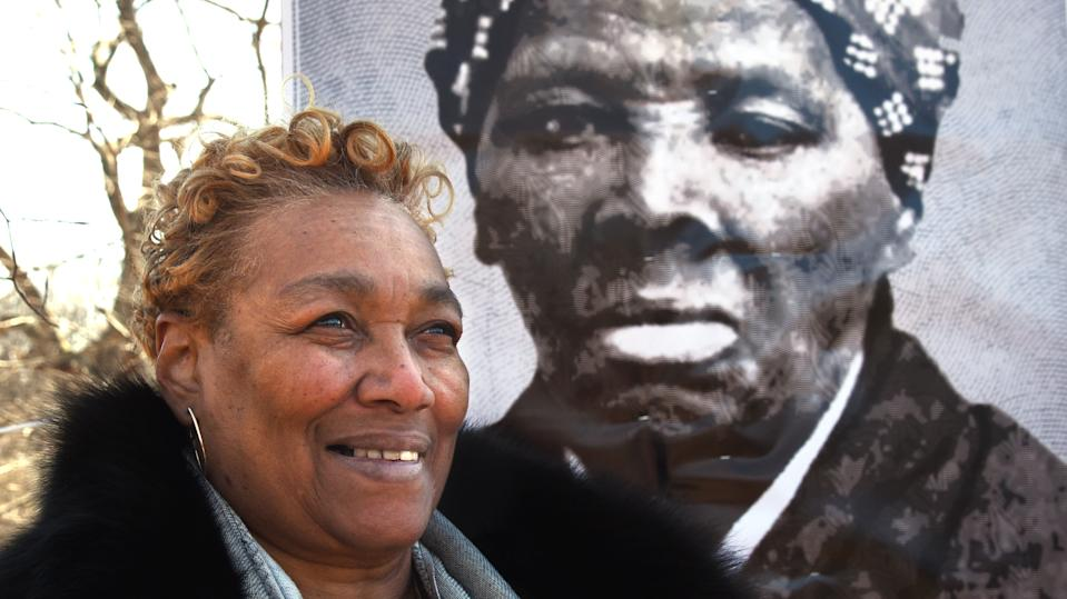 Ernestine Jones Williams, eine Nichte Harriet Tubmans in sechster Generation, ist hier 2018 vor einem Porträt Tubmans zu sehen. (Bild: Algerina Perna/Baltimore Sun/Tribune News Service via Getty Images)