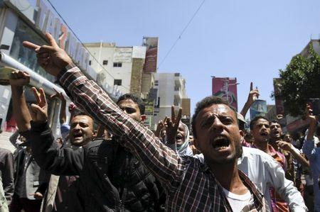 Anti-Houthi protesters shout slogans before pro-Houthi police opened fire in the air to disperse them in Taiz March 26, 2015. REUTERS/Mohamed al-Sayaghi