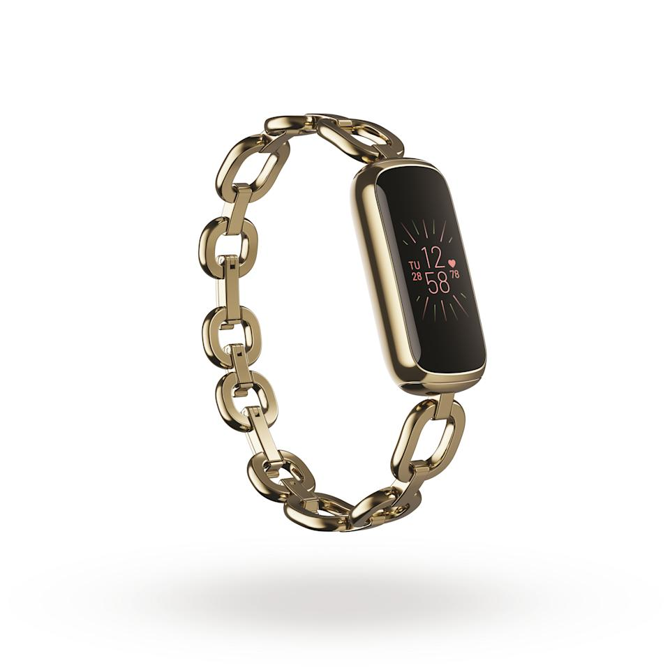<p>Product render of Fitbit Luxe 3QTR view, in Special Edition gorjana Soft Gold Parker Link Bracelet.</p>