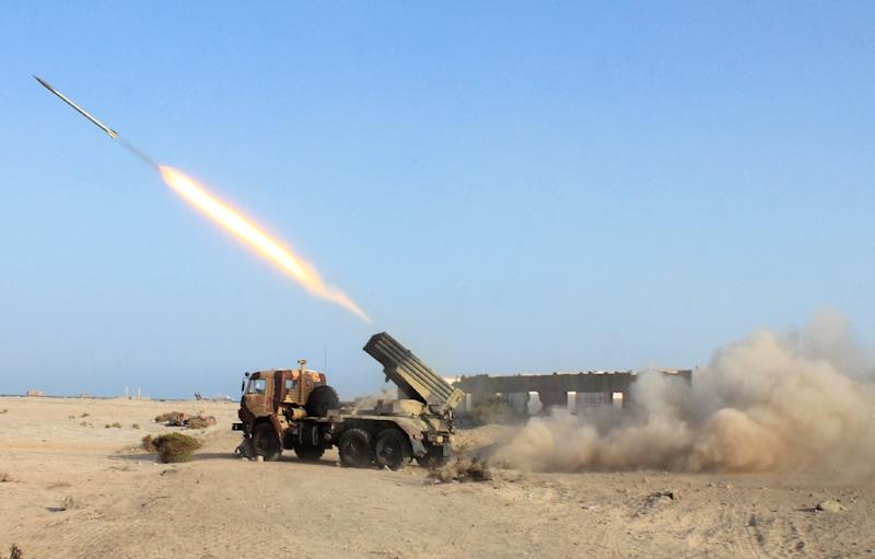 Pro-regime fighters launch a rocket during clashes with Huthi rebels on the outskirts of the Yemen's port city of Aden, on April 25, 2015 (AFP Photo/Saleh Al-Obeidi)